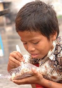 Mereka hidup sebagai anak jalanan dan memiliki keterbatasan atau bahkan tidak memiliki akses ke pendidikan dan makanan bergizi. - meet_the_child_id