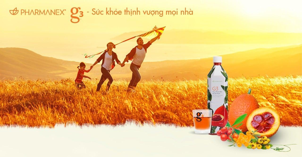 hình ảnh gia đình đang vui vẻ chạy thả diều trên đồng cỏ